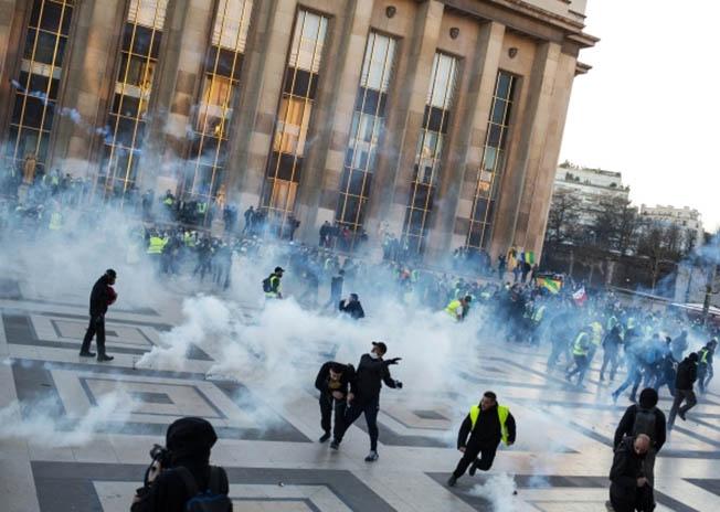 Столкновение полиции с «желтыми жилетами» в Париже.