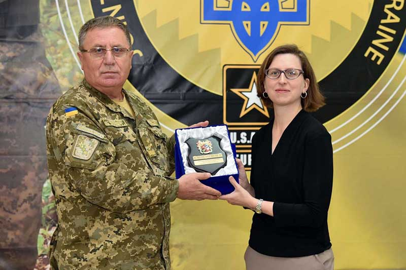 Заместитель министра обороны США Лаура Купер и генерал-лейтенант Павел Ткачук.