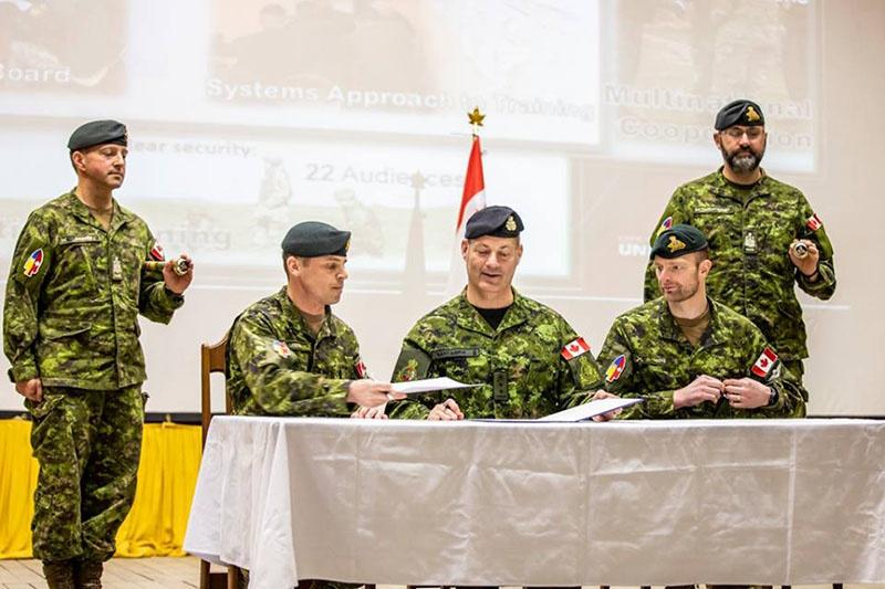 Канадская объединённая оперативная группа на Украине - командующий подполковник Пьер Леру передаёт командование подполковнику Фредерику Коту.