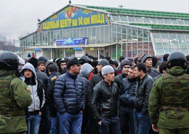Тысячи таджиков, киргизов, узбеков, молдаван и миллионы украинцев приезжают в Россию на работу.