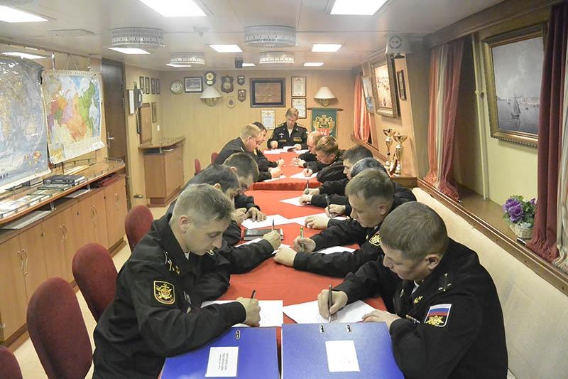 Командир корабля проводит занятия с офицерским составом.