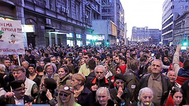 Участники митинга оппозиции в Белграде. Протестующие требуют отставки президента и членов кабинета министров.