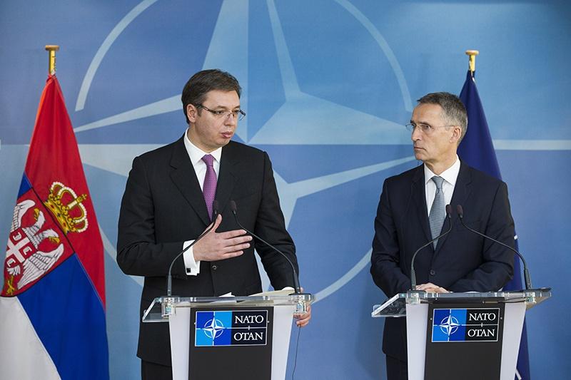 Президент Сербии Александр Вучич и Генеральный секретарь НАТО Йенс Столтенберг.