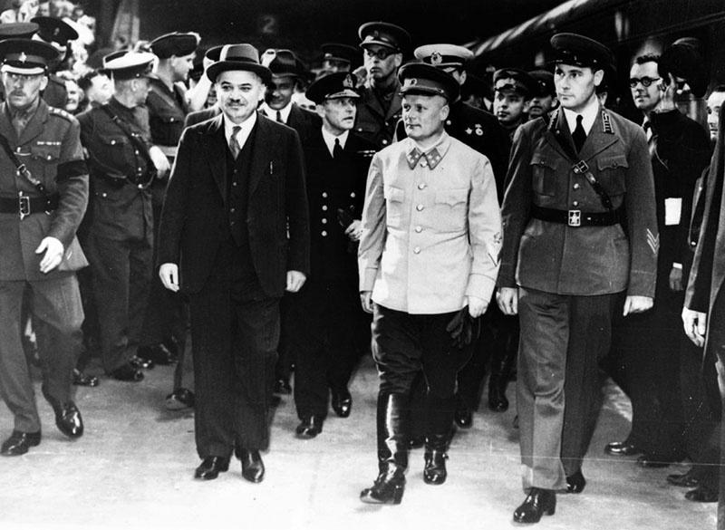 Советская военная делегация в ходе визита в Лондон, генерал-лейтенант Ф.И. Голиков в центре с послом И.М. Майским.