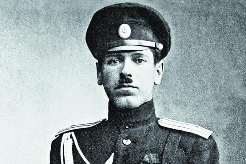 Окончил Алексеевское военное училище в Москве и начал офицерскую службу.