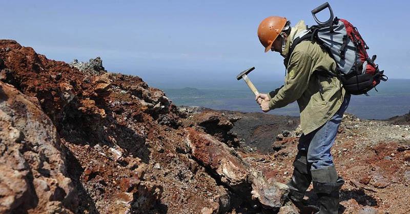 Геолог на полевых работах на берегу Белого моря.