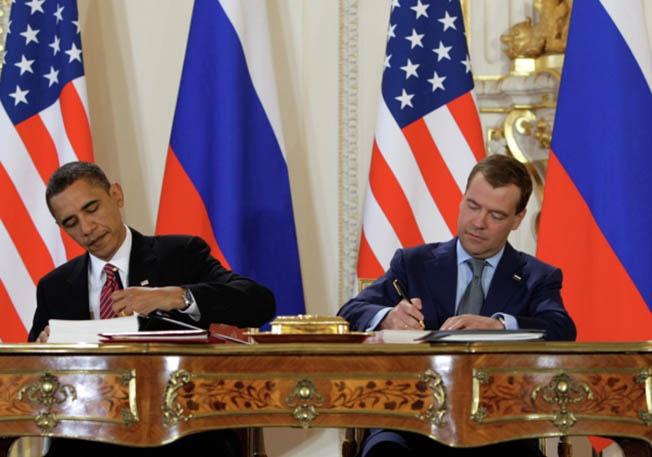 Президент России Дмитрий Медведев и президент США Барак Обама во время церемонии подписания Договора СНВ-3. 8 апреля 2010 года.