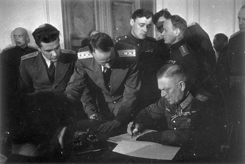 Кейтель вынужден подписывать Акт поражения Германии.