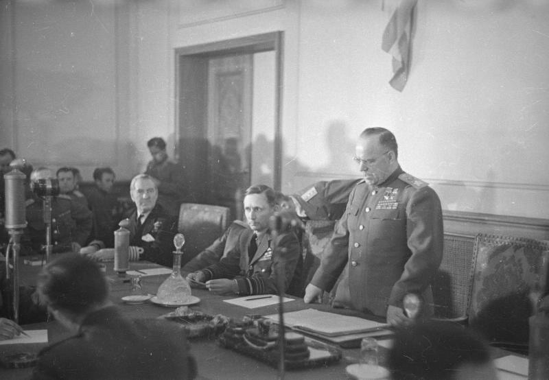 Маршал Г.К. Жуков объявляет о прибытии уполномоченных германского верховного командования.