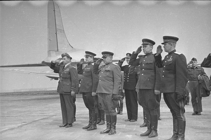 Встреча союзников на Темпельгофском аэродроме.