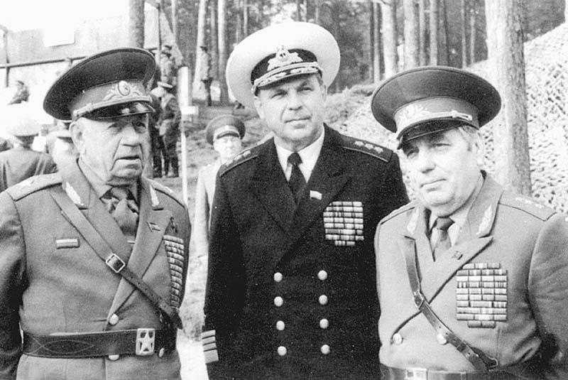Слева - начальник ГлавПУРа генерал армии Алексей Епишев.