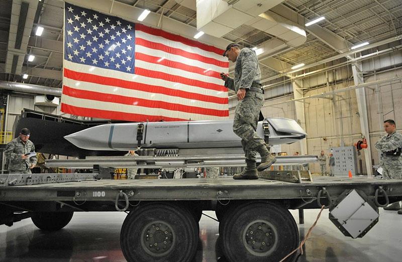 Военнослужащие США готовят ракету AGM-158 JASSM к отгрузке в Восточную Европу.