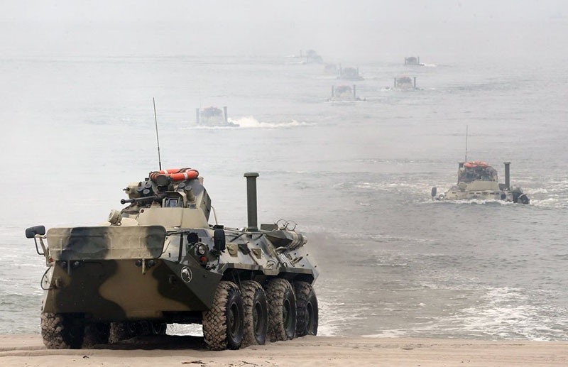 Высадка российской морской пехоты на технике с моря.