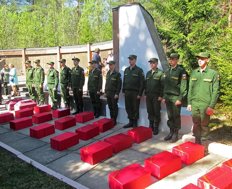 Останки бойцов Красной Армии захораниваются с воинскими почестями.