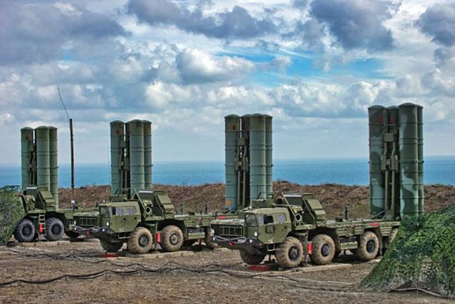 Зенитный ракетный полк Южного военного округа (ЮВО), вооруженный системой С-400 «Триумф», заступил на боевое дежурство в Крыму.