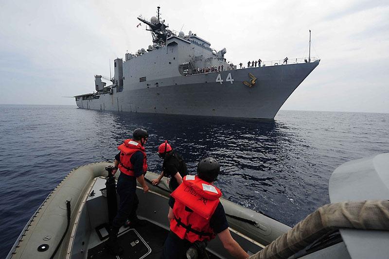 Американский десантный корабль-док USS Gunston Hall.