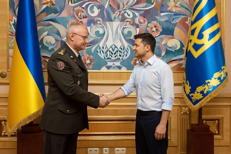 Президент Украины в рубашоночке Владимир Зеленский назначает генерал-лейтенанта Руслана Хомчака начальником Генерального штаба.