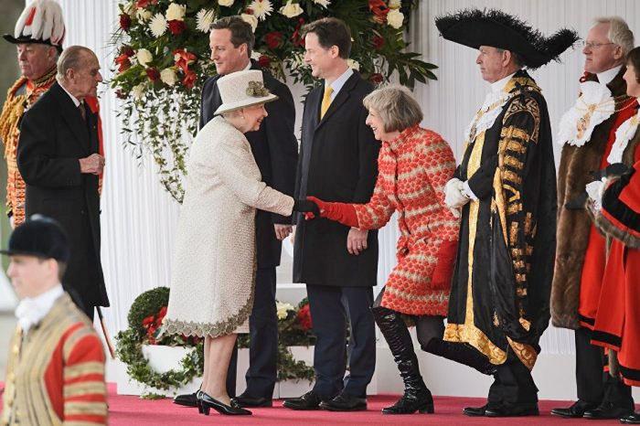 Модница Мэй щеголяла перед королевой в лакированных ботфортах.
