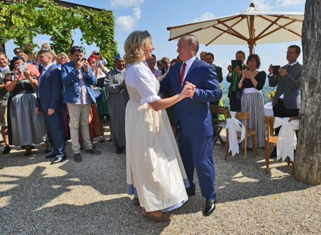 Президент РФ Владимир Путин танцует с министром иностранных дел Австрии Карин Кнайсль на ее свадьбе с финансистом Вольфгангом Майлингером.