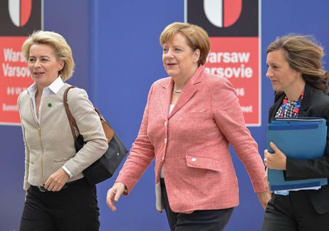 Федеральный канцлер Германии Ангела Меркель (в центре) и министр обороны Германии Урсула фон дер Ляйен (слева).