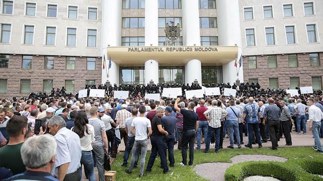Молдавский путч: два президента, два правительства,  распущенный Конституционным судом парламент и один олигарх