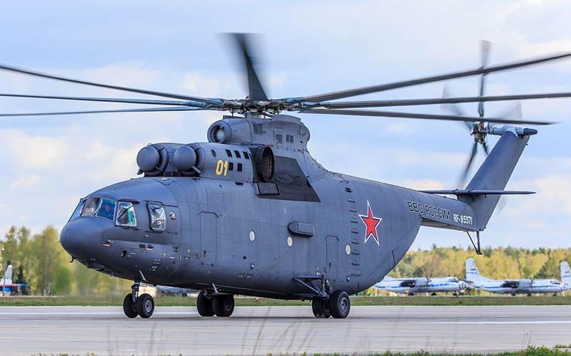 Экипажи самых больших в мире серийно выпускаемых вертолётов Ми-26 продемонстрируют тушение условного очага возгорания.
