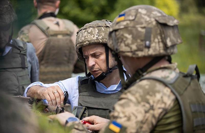 После избрания на президентский пост Зеленский первым делом символически посетил Донбасс, полностью проигнорировав мирное население.