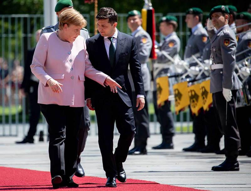 Меркель - не Макрон, несмотря на духоту с ней не забалуешь.