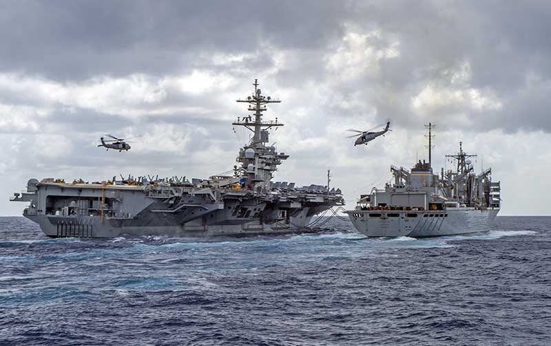 Противолодочные вертолеты SH-60F Sea Hawk охраняют авианосец USS Theodore Roosevelt.