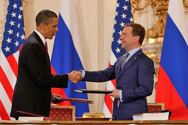 Барак Обама и Дмитрий Медведев после подписания договора СНВ-III в Пражском Граде, 8 апреля 2010 года.