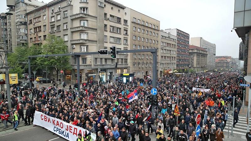 Массовые протесты населения в Сербии против обмена территориями с Косово.