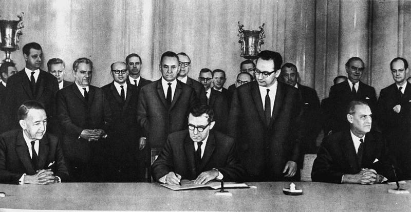 США, Великобритания и Советский Союз 27 января 1967 года подписали «Договор о космосе».
