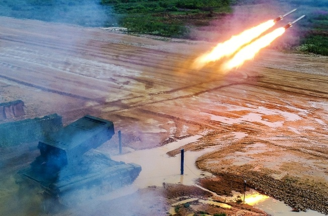 Стрельбы из тяжёлой огнемётной системы ТОС-1А «Солнцепек».