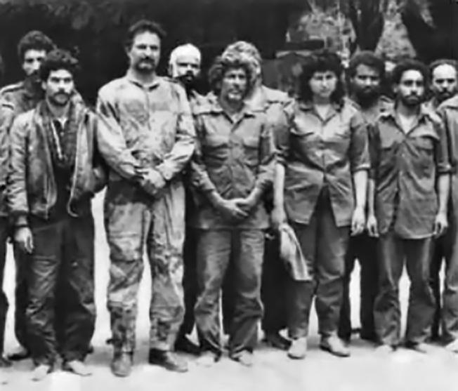 Полковник Халифа Хафтар (второй слева) в плену.