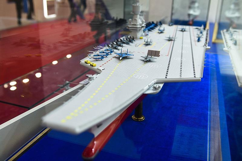 Модель авианосца-полукатамарана.