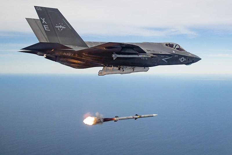 На выделенные сенатом деньги можно закупить много новых истребителей F-35 Lightning II и ракет AIM-120.