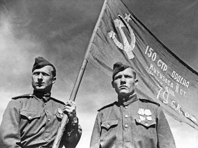 Михаил Егоров и Мелитон Кантария были не единственные, кто водружал Знамя Победы над Рейхстагом.