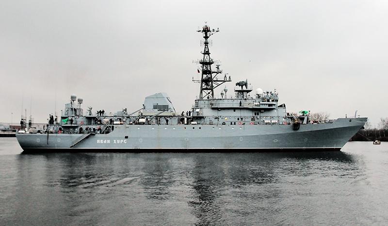 Корабль-разведчик «Иван Хурс» наблюдает за действиями военных кораблей НАТО в Черном море.