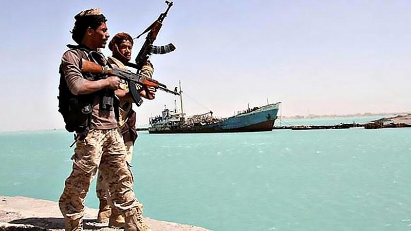 Вооруженные хуситы в порту Ходейды.