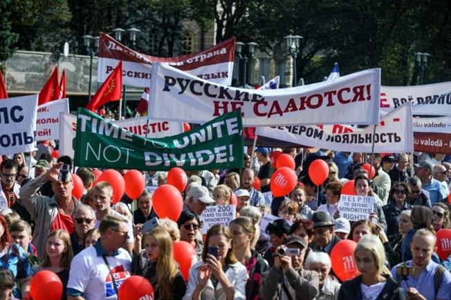 Латышское правительство всячески старалось ограничить в правах русскоязычную часть населения страны.