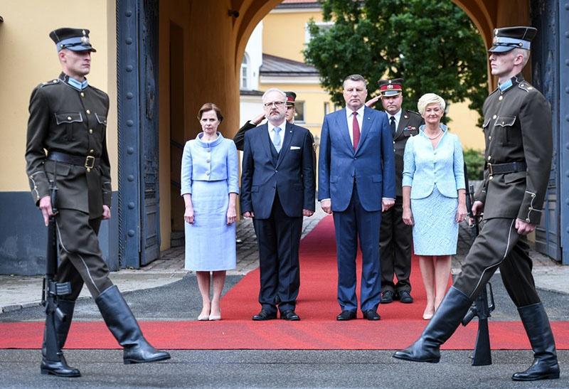 Раймонд Вейонис передал ключи от Рижского замка новому президенту Латвии Эгилу Левитсу.