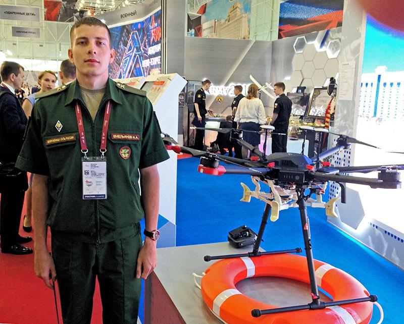 Оператор научной роты рядовой Николай Емельянов и комплекс «Спасатель».