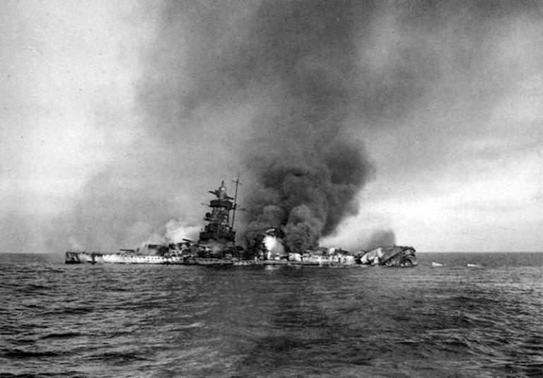 Подбитый советской авиацией немецкий корабль.