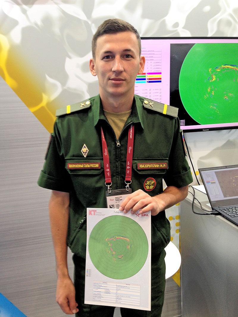 Ефрейтор Ильшат Фахруллин объясняет принцип работы системы технического зрения «Лидар К8».