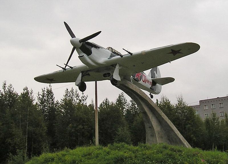 Памятник летчикам Заполярья в Мурманской области.