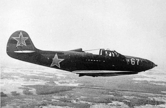 Истребитель «Белл Р-39» Аэрокобра в небе.