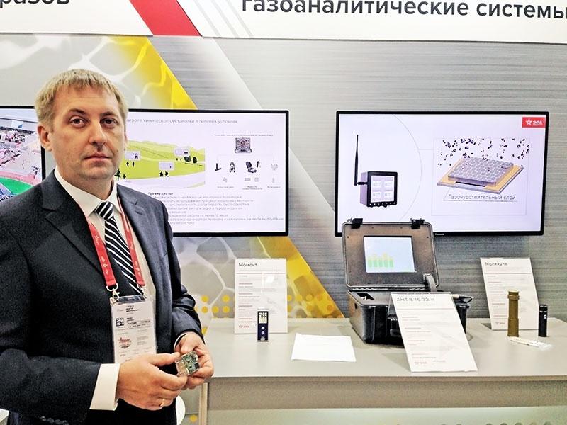 Замдиректора ВИТ Андрей Гордеев показывает портативный газосенсорный анализатор «Молекула».