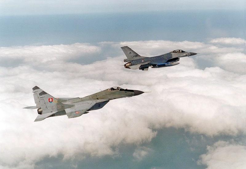 Словаки провели учебный бой между истребителями МиГ-29 и последней модификацией F-16.