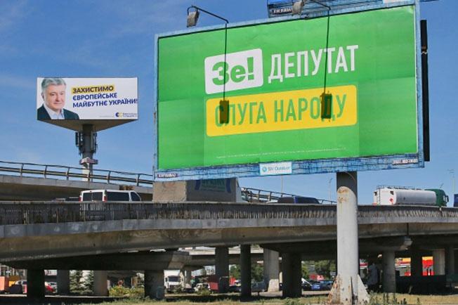 Когда партия «Слуга народа» стала терять поддержку избирателей, Владимир Зеленский позвонил Владимиру Путину. Только для того, чтобы показать своим избирателям, что Путин с ним разговаривает.