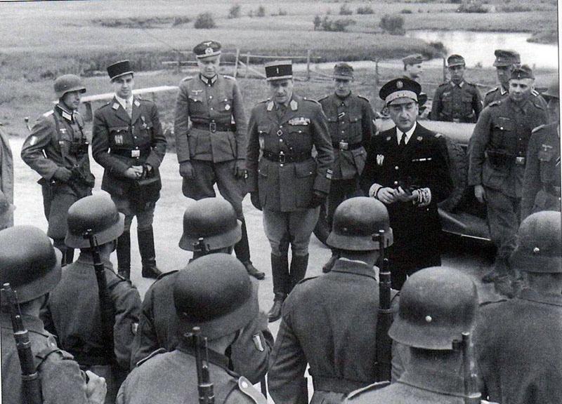 Генеральный уполномоченный французского правительства Виши Фернан де Бринон в окружении французских и немецких офицеров во время инспекции французского добровольческого легиона на Восточном фронте.